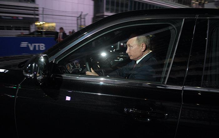 El presidente de Rusia le presentó a su homólogo egipcio, Abdelfatah Sisi, la nueva línea de automóviles rusos de la marca Aurus.