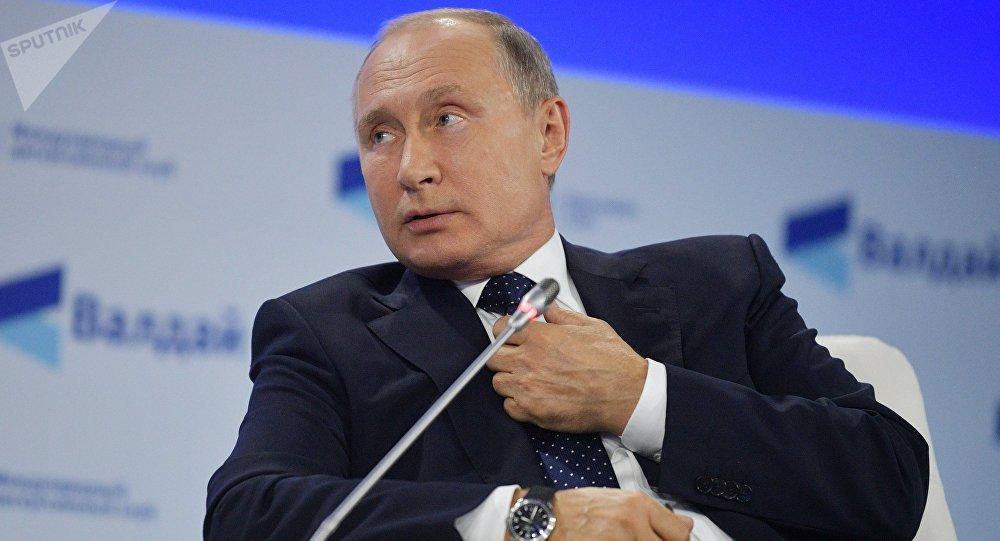 Vladímir Putin, presidente ruso en una sesión plenaria del club de debates Valdái en Sochi