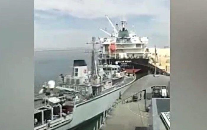 Que no digan que las mujeres no saben aparcar… ¿buques militares?