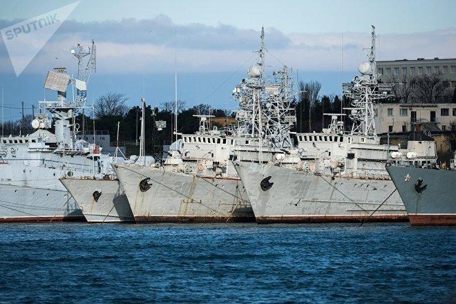 Buques de la Marina de Ucrania abandonados en el puerto de Sebastopol