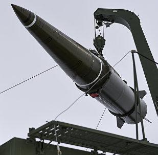 Militares se preparan para lanzar un misil (imagen referencial)