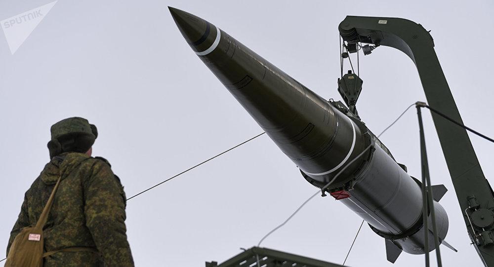 Militares se preparan para lanzar un misil del sistema Iskander-M