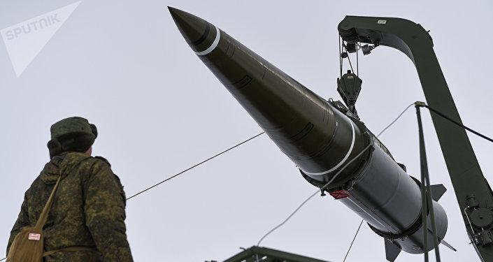 Militares se preparan para lanzar un misil