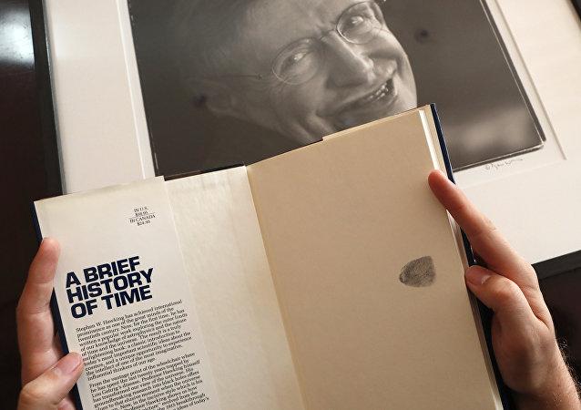 Un libro de Stephen Hawking que se ofrecerá en una serie de subastas