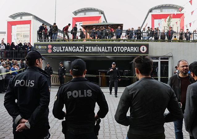 Policía turca cerca del lugar del hallazgo de un coche sospechoso del Consulado saudí en Estambul