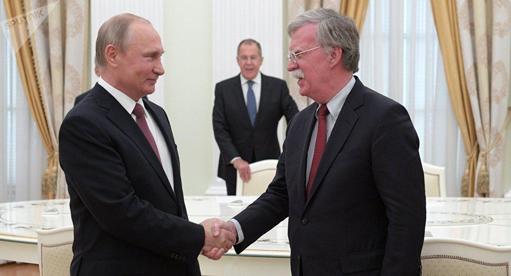 Vladímir Putin, presidente de Rusia, y John Bolton, asesor de la Casa Blanca para la Seguridad Nacional