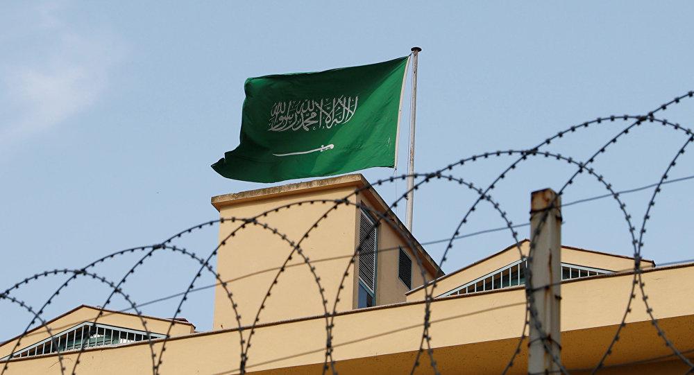 La bandera de Arabia Saudí en el Consulado en Turquía