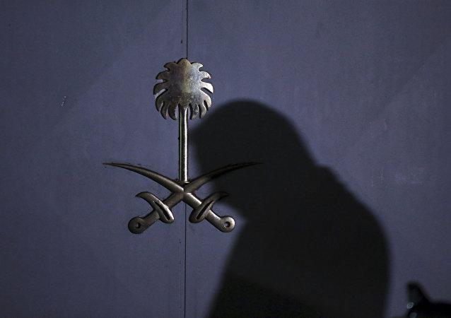 Una silueta en la entrada del consulado de Arabia Saudí en Estambul, Turquía