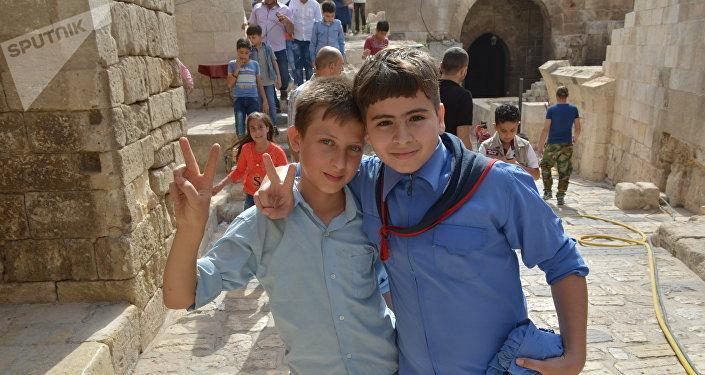Escolares sirios en la antigua Ciudadela de Alepo, después de la liberación de la ciudad