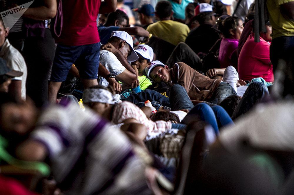 Miles de migrantes centroamericanos descansan en el parque Miguel Hidalgo de Tapachula para seguir su camino al norte de México