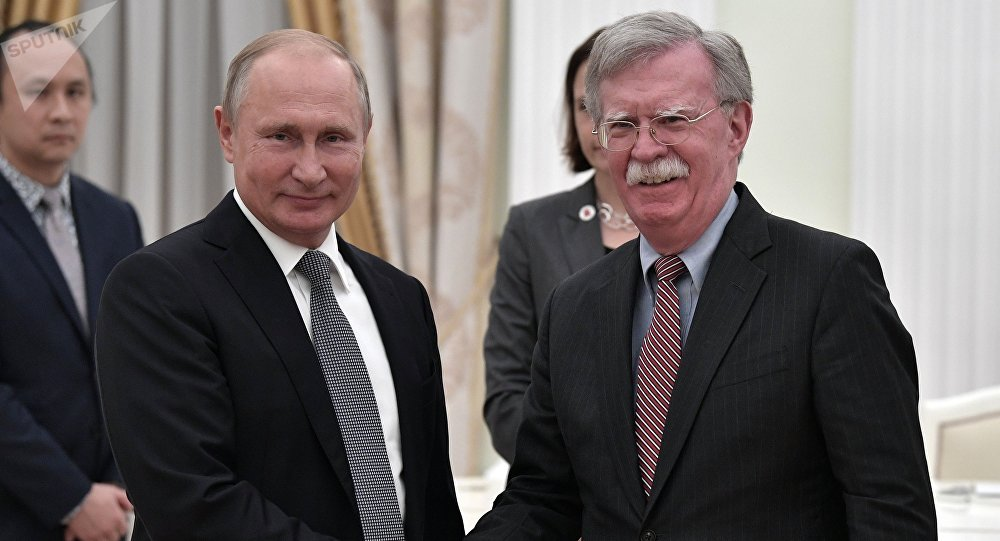 Presidente de Rusia, Vladímir Putin, y asesor de la Casa Blanca para la Seguridad Nacional, John Bolton
