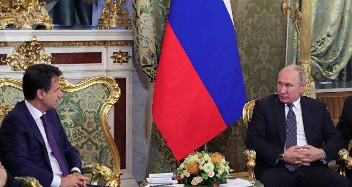 El primer ministro italiano, Giuseppe Conte, y el presidente de Rusia, Vladímir Putin