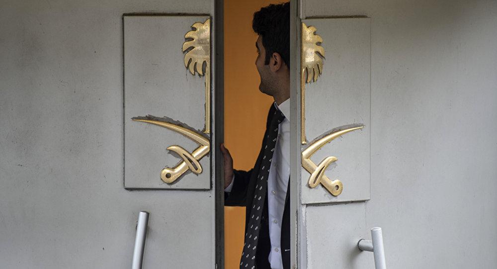 Puertas del Consulado saudí en Estambul