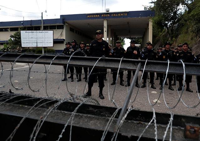 Fuerzas de seguridad de Guatemala en la frontera con Honduras