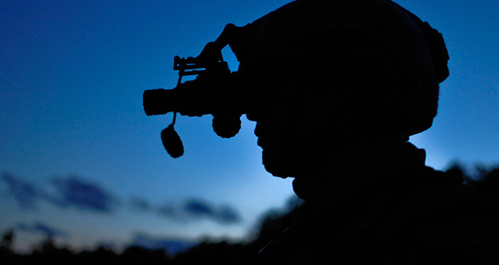 Un militar con equipo de visión nocturna, imagen referencial