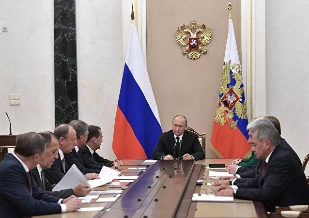 El presidente de Rusia, Vladímir Putin, con los miembros permanentes del Consejo de Seguridad ruso