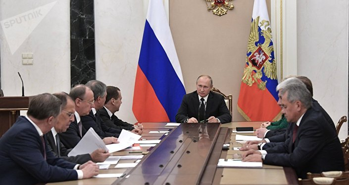 El presidente de Rusia, Vladímir Putin, con los miembros permanentes del Consejo de Seguridad ruso (archivo)