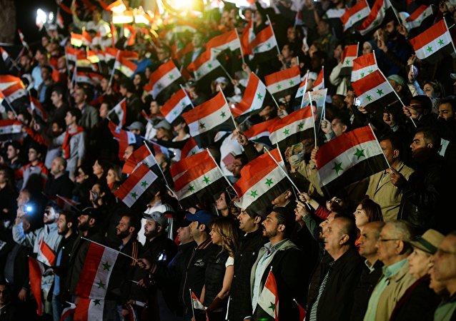 Espectadores en un concierto en Palmira en memoria de los fallecidos en la lucha por la independencia de Siria
