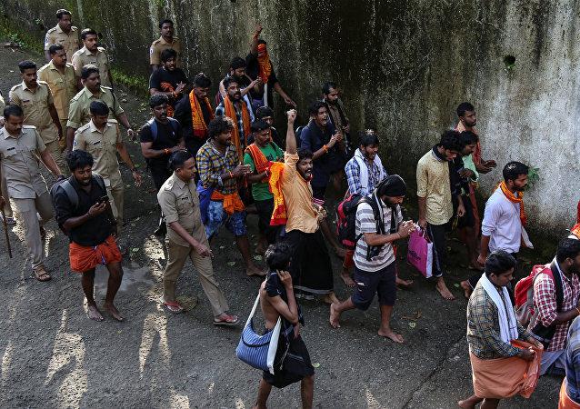 Policía del estado indio de Kerala deteniendo a más de 2.000 personas por participar en protestas no autorizadas con el fin de impedir la entrada de mujeres en edad reproductiva al templo hindú del dios Ayyappa