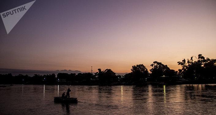 Balsero trabaja durante la mañana en el Río Suchiate, frontera entre México y Guatemala