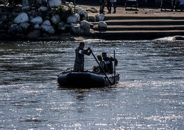 Elementos de la Marina mexicana patrullan el Río Suchiate vigilando la frontera sur de México (archivo)