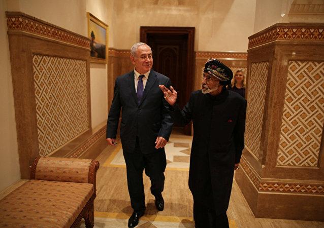 El jefe del Gobierno israelí, Benjamín Netanyahu, con el líder omaní, el sultán Qabus Bin Said Said en Omán