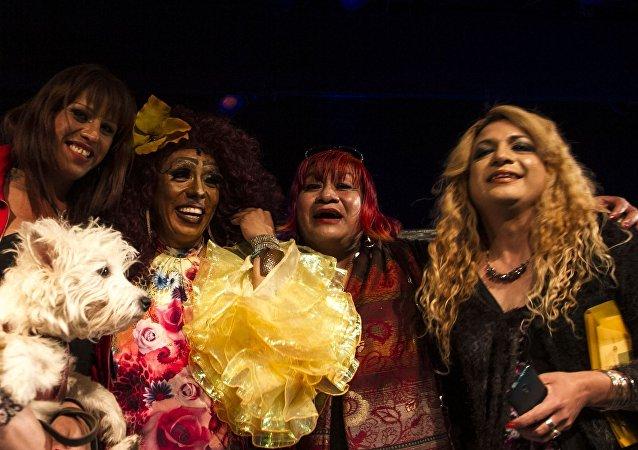 Kenya Cuevas y sus compañeras al terminar la obra de teatro Prietty Guoman que retata la violencia a la comunidad trans