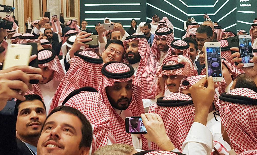 El príncipe saudí Mohamed Bin Salman tomándose una selfi en una conferencia de inversiones en Riad, Arabia Saudí.