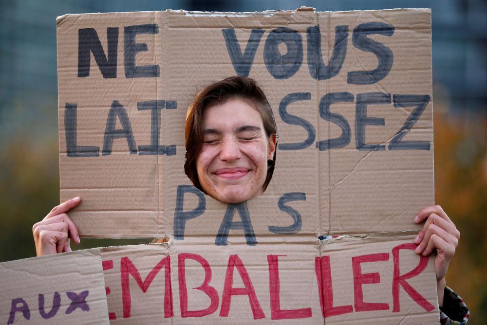 Una manifestante en la protesta contra el uso del plástico frente al Parlamento Europeo en Estrasburgo, Francia.