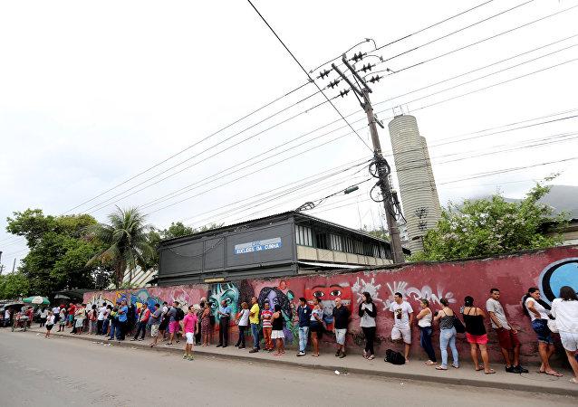 Brasileños hacen cola para votar en Río de Janeiro