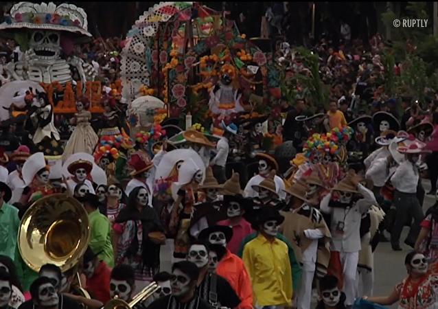 Muertos y Catrinas invaden la Ciudad de México