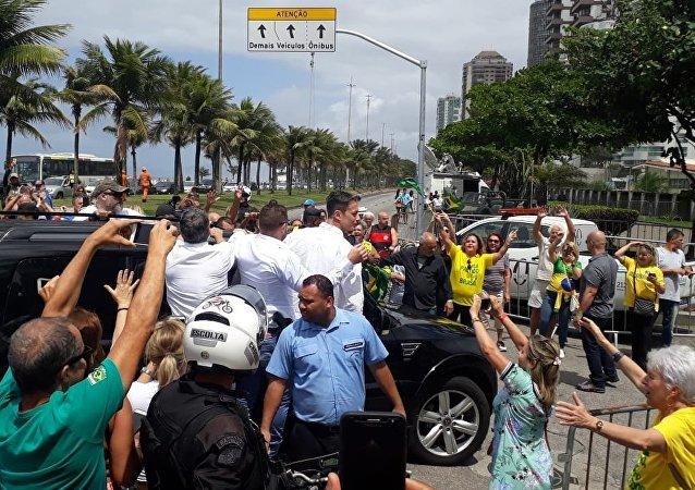 El favorito para ganar las elecciones de Brasil, Jair Bolsonaro, es aclamado por simpatizantes en Rio de Janeiro al llegar a su casa después de votar