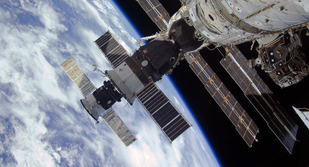 Las naves espaciales Progress y Soyuz en la EEI, en la órbita terrestre