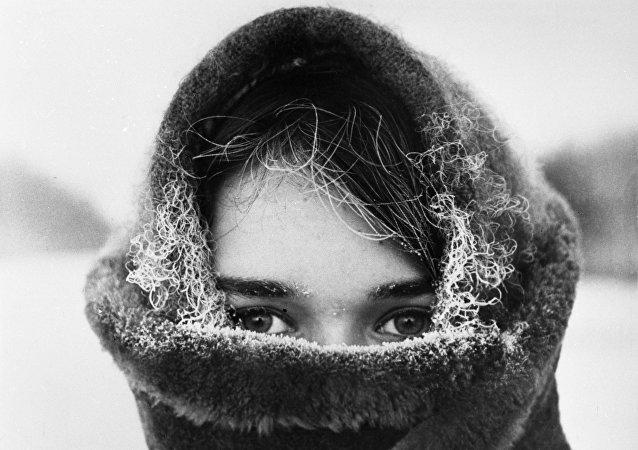 Una joven rusa en invierno, foto archivo