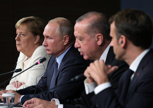 Los líderes de Alemania, Rusia, Turquía y Francia en la cumbre a cuatro bandas sobre Siria en Estambul (archivo)