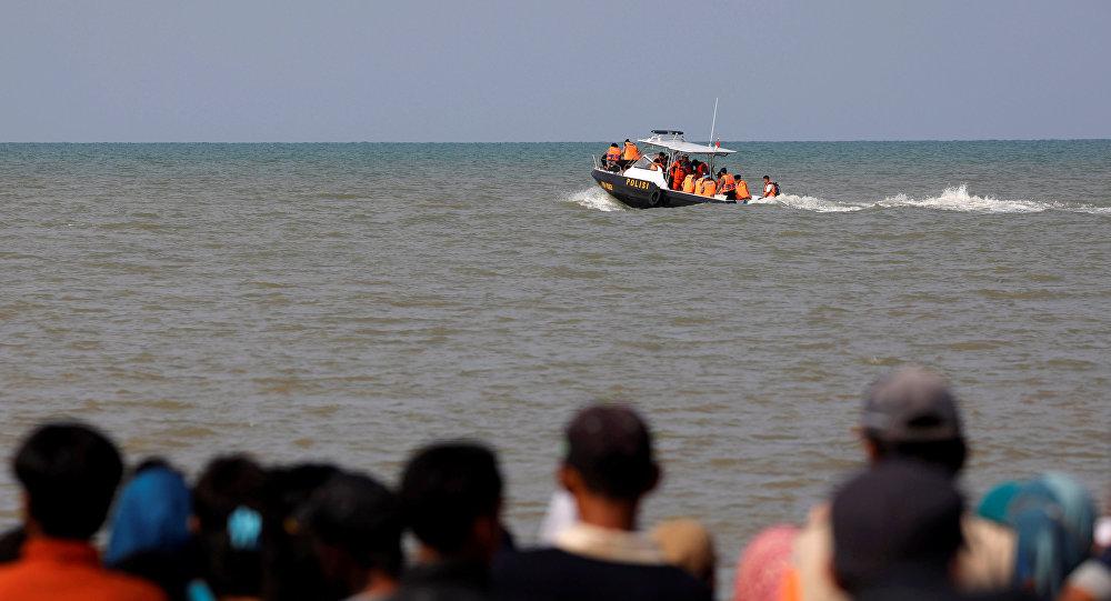 El equipo de rescate en un barco mientras se dirigen al área de la catástrofe del Boeing 737