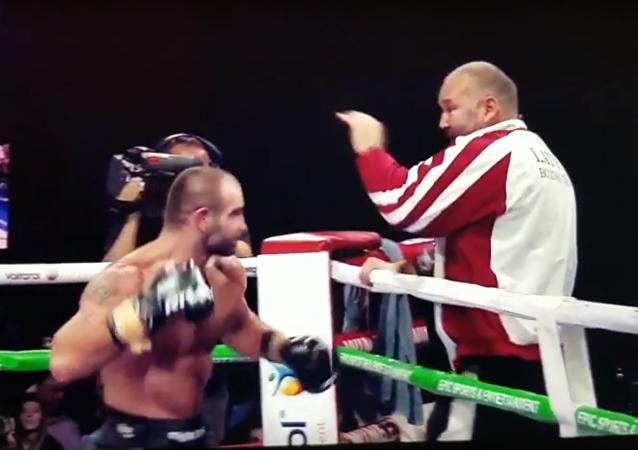 Martirosyan enloquecido ataca a su entrenador