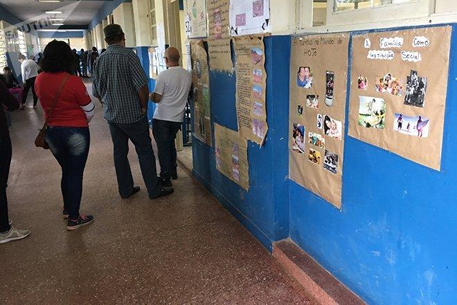 Ciudadanos aguardan su turno de votar para presidente, Chuí, Brasil