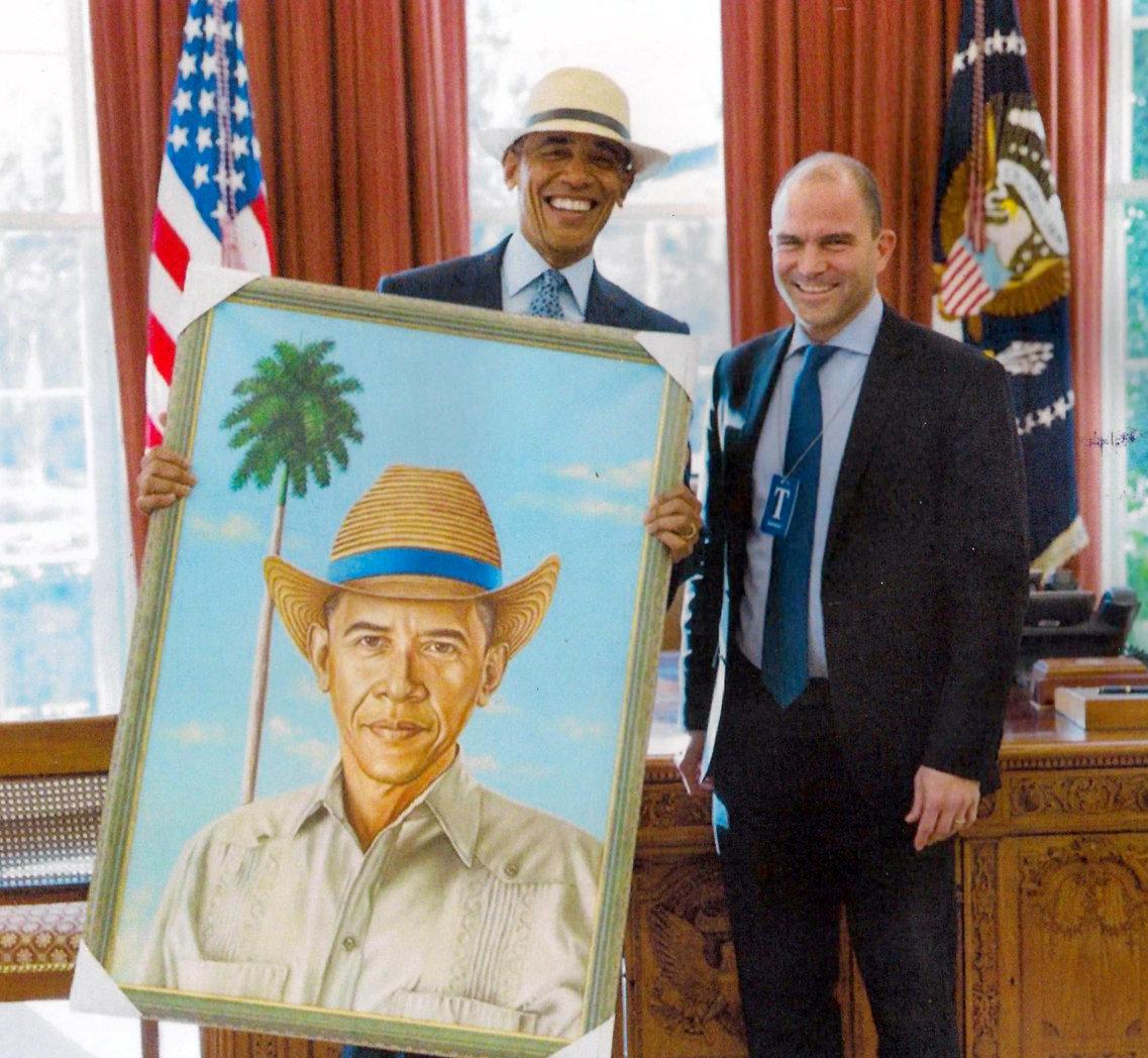 El expresidente Obama con el cuadro pintado por Rogelio Fundora