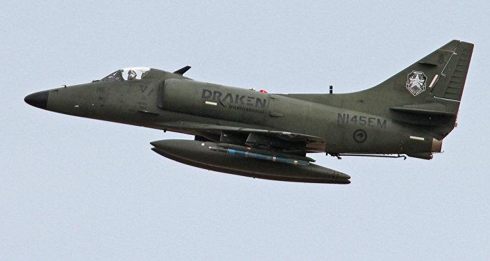 Un avión de ataque a tierra Douglas A-4K Skyhawk de la empresa privada Draken