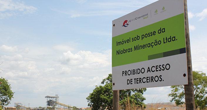 Un letrero para las instalaciones mineras de niobio y fosfato que pertenecen a China Molybdenum Co Ltd (CMOC) en Catalao, estado de Goiás, Brasil