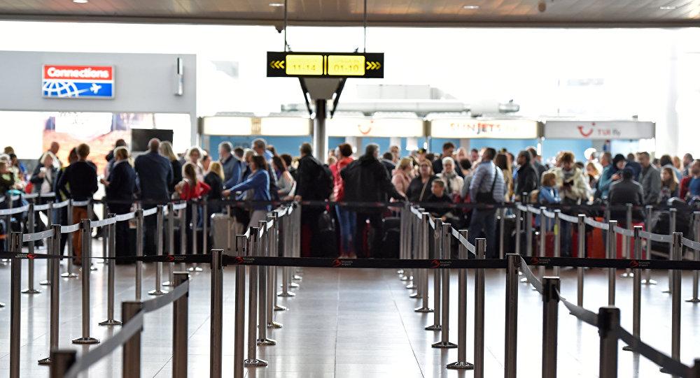 Los pasajeros esperan en el aeropuerto internacional en Bruselas