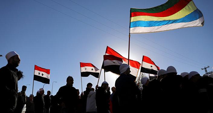 Los drusos árabes en los Altos del Golán con banderas sirias