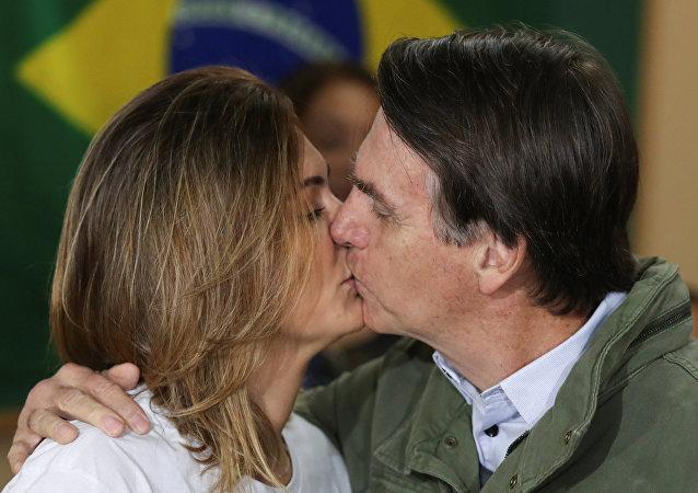 Michelle y Jair Bolsonaro se dan un beso