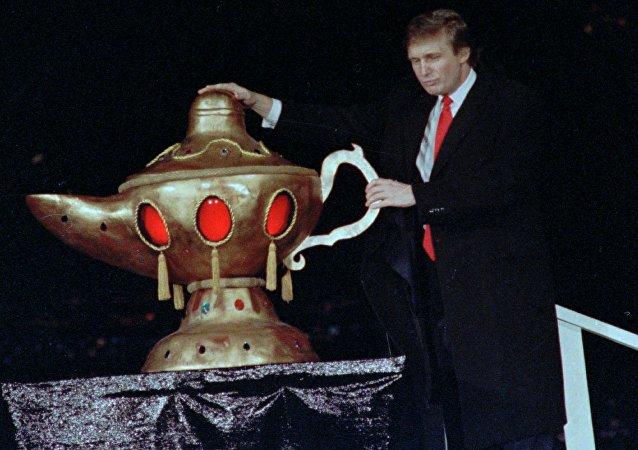 Donald Trump durante la ceremonia de inauguración del complejo de casinos, hoteles y restaurantes Trump Taj Mahal