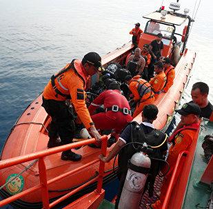 Buzos durante la operación de rescate tras el siniestro del Boeing 737 indonesio