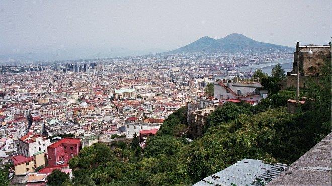 La ciudad de Nápoles con el Vesubio dormitando