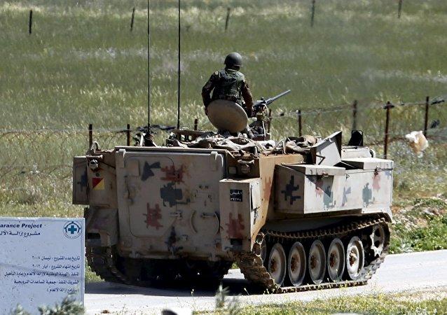 El Ejército de Jordania desplega tanques en la frontera con Siria