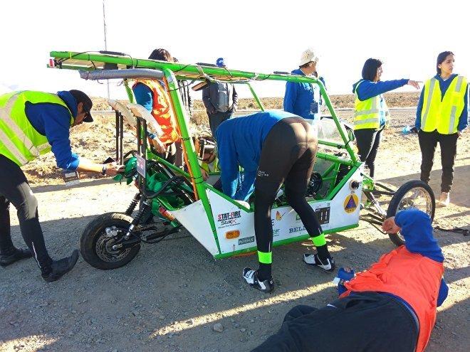 Un equipo prepara un vehículo híbrido solar-tracción a sangre en la Carrera Solar Atacama