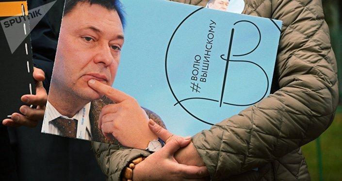 Activista con la imagen del director del portal RIA Novosti Ukraina, Kiril Vishinski